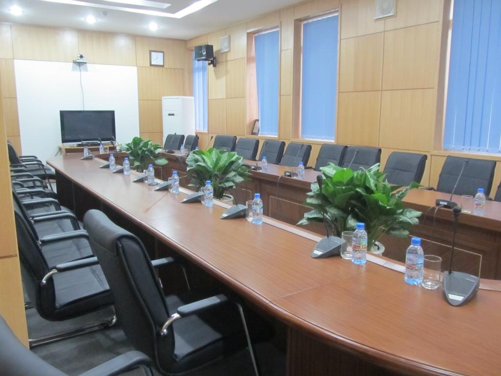 Mẫu bàn phòng họp rỗng giữa thiết kế sang trọng